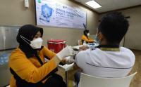 Pemberian Dosis Pertama Vaksin Pfizer di Sentra Vaksinasi MNC Peduli