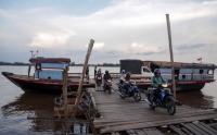 Belum Ada Akses Jembatan, Kapal Tradisional Jadi Alternatif Warga Menyeberangi Sungai