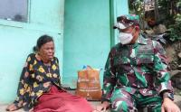 Seorang Nenek di Lembang Menangis Didepan Jenderal Bintang Dua