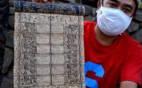 Lukisan di Atas Daun Lontar Hasil Karya Warga Desa Tenganan Karangasem Bali