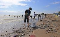 Peduli Lingkungan, Warga Pesisir Bersihakn Sampah di Pantai Dadap Indramayu