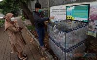 Kreatif, Tempat Sampah Ini Terbuat dari Limbah Botol Plastik