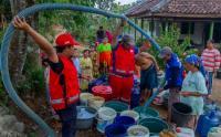 Kekeringan, PMI Bersama Tagana Distribusikan Air Bersih untuk Warga Desa Kertasari Karawang