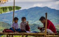 Belajar Daring, Siswa Harus Rela Menempuh Perjalanan Jauh untuk Sampai Bukit