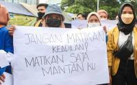 Ikut Demo di Gedung KPK, Mahasiswi Bawa Pesan untuk 'Mantannya' Isinya Menohok