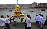 Gunungan Nasi Bungkus dan Buah-Buahan Diarak Warga Peringati Maulid Nabi