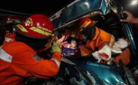 Sopir Suzuki Carry Terjepit Akibat Menghantam Truk, Evakuasi Berlangsung Dramatis
