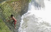 Anak-Anak Bermain Air di Tempat Berbahaya