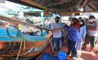 Jemput Bola, Petugas Sisir Kampung Nelayan Indramayu Suntik Vaksinsasi Warga