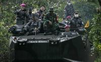Tinjau Latihan Operasi Amfibi, KSAL Laksamana TNI Yudo Margono Kemudikan Ranpur LVT-7