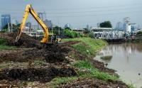 Cegah Pendangkalan, Lumpur di Banjir Kanal Barat Dikeruk