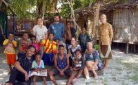 Wisatawan Asal Belanda Mengajar Bahasa Indonesia di Raja Ampat