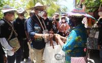Kunjungi Raja Ampat, Menparekraf Sandiaga Uno Dengarkan Curhatan Mama Pengrajin Kampung Arborek