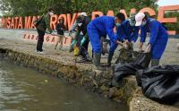 Peringati Sumpah Pemuda, Mahasiswa Banten Bersihkan Sampah Pantai Karangantu