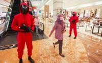 Petugas Keamanan Berkostum Squid Game Jaga Pengunjung Pusat Perbelanjaan