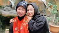 Pulang Kampung ke Jember, Dewi Perssik Cuci Kaki Mama