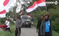 Warga Papua Pasang Ribuan Bendera Merah Putih di Jalan Sepanjang 15 Kilometer