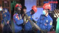 Dramatis, Evakuasi Ular Sanca Bersembunyi di Dalam Plafon