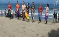 Peringati Hari Kartini, Puluhan Peselancar Wanita Kenakan Kebaya