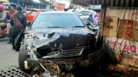 Mobil Sedan Tabrak Motor dan Mobil hingga Warung di Jatimakmur, Bekasi