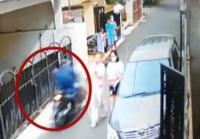 Aksi Penjambretan Tas Mewah di Perumahan Elite Duren Sawit Terekam CCTV