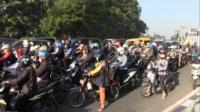 Antrean Panjang Akibat Peneyekatan di Waru, Surabaya