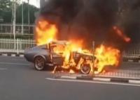 Sebuah Mobil Sport Klasik Terbakar, Api Diduga Berasal Dari Bagian Mesin
