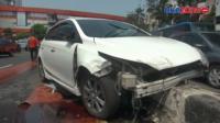 Minibus Tabrak Pembatas Jalan di Senen, Pengemudi Ojol Terluka