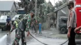 Petugas Bersihkan Abu Vulkanis Gunung Sinabung
