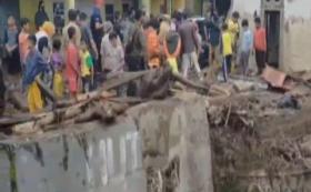 Warga Gotong Royong Bersihkan Rumah Pasca-Banjir Bandang di Sukabumi