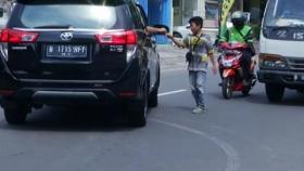 Lunasi Cicilan Motor Almarhum Ayah, Bocah SD Rela Jadi Juru Parkir