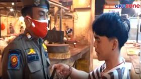 Pedagang Berdebat dengan Petugas Saat Razia Masker