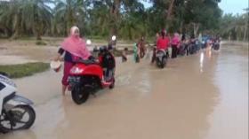 Puluhan Pengendara Cuci Motor di Tengah Banjir