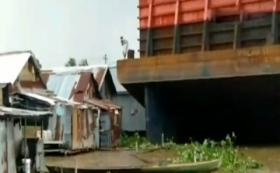 Kapal Tongkang Tabrak 4 Rumah di Sungai Musi Palembang