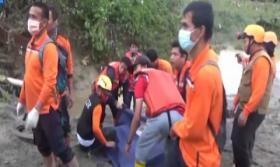 Evakuasi Jasad Korban Banjir Bandang Medan