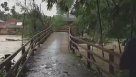 Detik-detik Banjir Bandang Terjang Jembatan Gantung