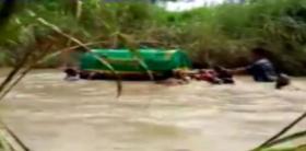 Viral, Warga Bawa Keranda Jenazah Seberangi Sungai