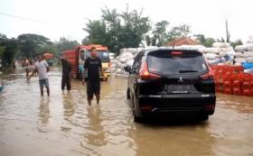 Permukiman dan Jalan Terendam di Cirebon, Warga Ngamuk Putarbalikkan Kendaraan