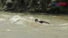Warga Bertaruh Nyawa Menyeberangi Sungai Deras Demi Beli Makanan