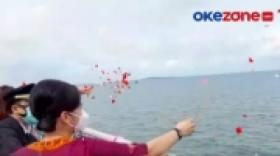Tangis Haru Warnai Tabur Bunga Sriwijaya Air di Kepulauan Seribu