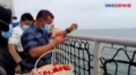 Duka Mendalam Keluarga Korban Pesawat SJ-182 saat Tabur Bunga