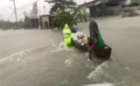 Tempuh 4 Jam Perjalanan, Marinir Distribuskan Bantuan Kepada Korban Banjir Kalsel