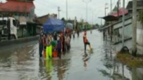 Banjir Masih Menggenang, Jenazah Diantar Pakai Perahu Karet ke Pemakaman