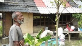 Keluarga Miskin Ini, Dua Tahun Tinggal Disamping Kandang Sapi