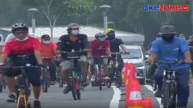 Pesepeda Nekat Pakai Lajur Tengah Jalan Raya