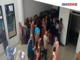 Bagi-Bagi Uang, Ratusan Warga Berkerumun di Kantor Bupati