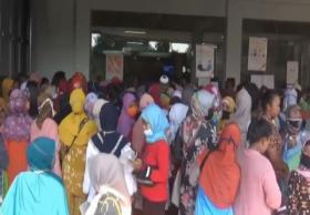 Ratusan Warga Subang Jawa Barat Berdesakan Cairkan Bantuan UMKM