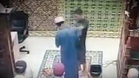 Terekam CCTV, Pria Aneh Tampar Imam Salat, Langsung Dihajar Jamaah di Pekanbaru