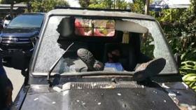Seorang Pemuda Tabrakan Diri ke Mobil