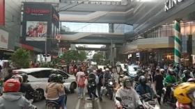 Pengunjung Pusat Perbelanjaan Kepatihan Bandung Membludak
